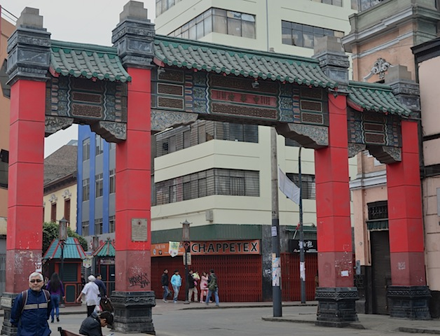 The gate to Lima Chinatown