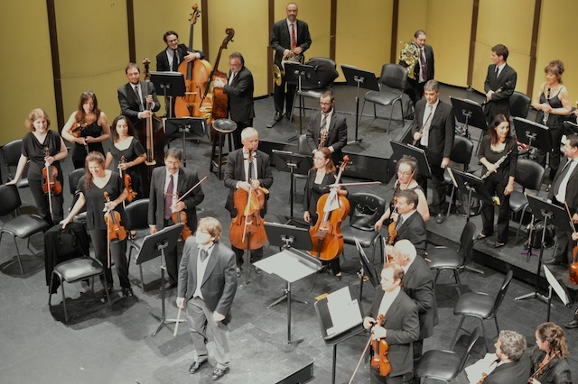 Diego Nasser, the conductor and some of the musicians