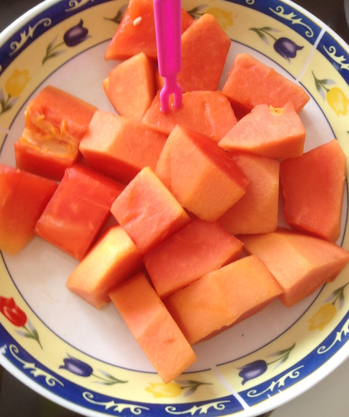 Cut papayas served in a plate