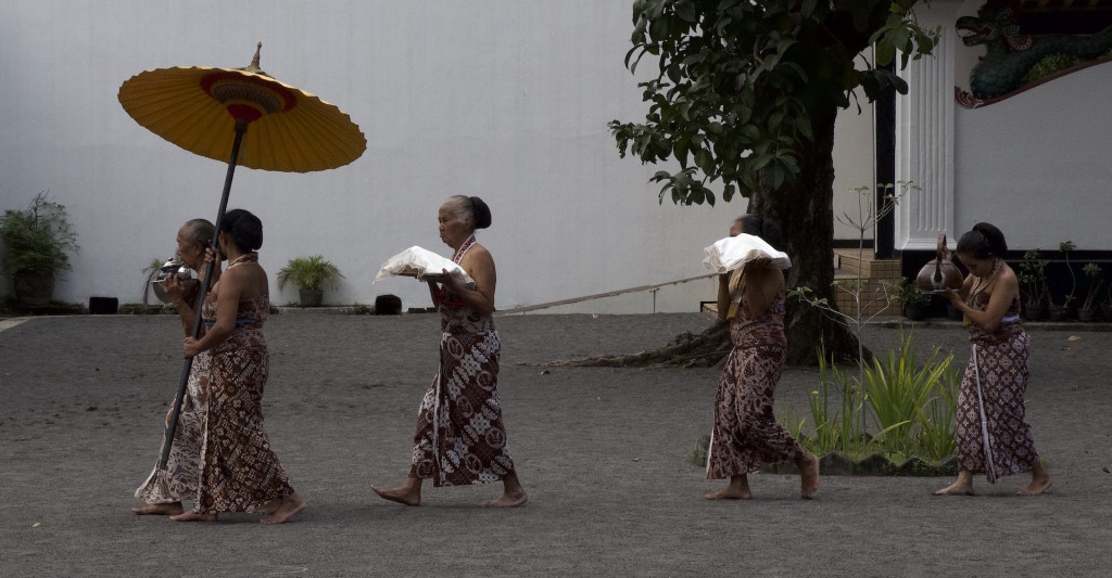 Ladies in Kraton performing an afternoon ceremony